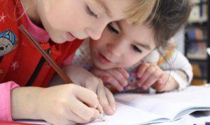 Image de deux élèves de niveau primaire, collaborant
